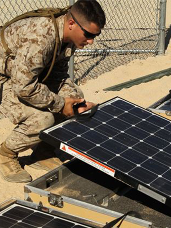 2nd Tank Battalion, learn to setup and operate the Ground Renewable Expeditionary Energy Network System. Foto: Diane Durden, Official US Marine Corps.