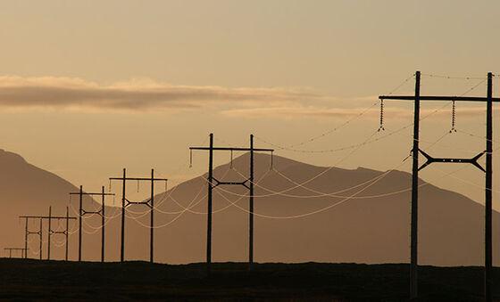 Bildet kan inneholde: himmel, atmosfærisk fenomen, kraftledning, morgen, elektrisitet.