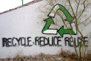 Graffiti på på mur: Recycle Reduce Reuse